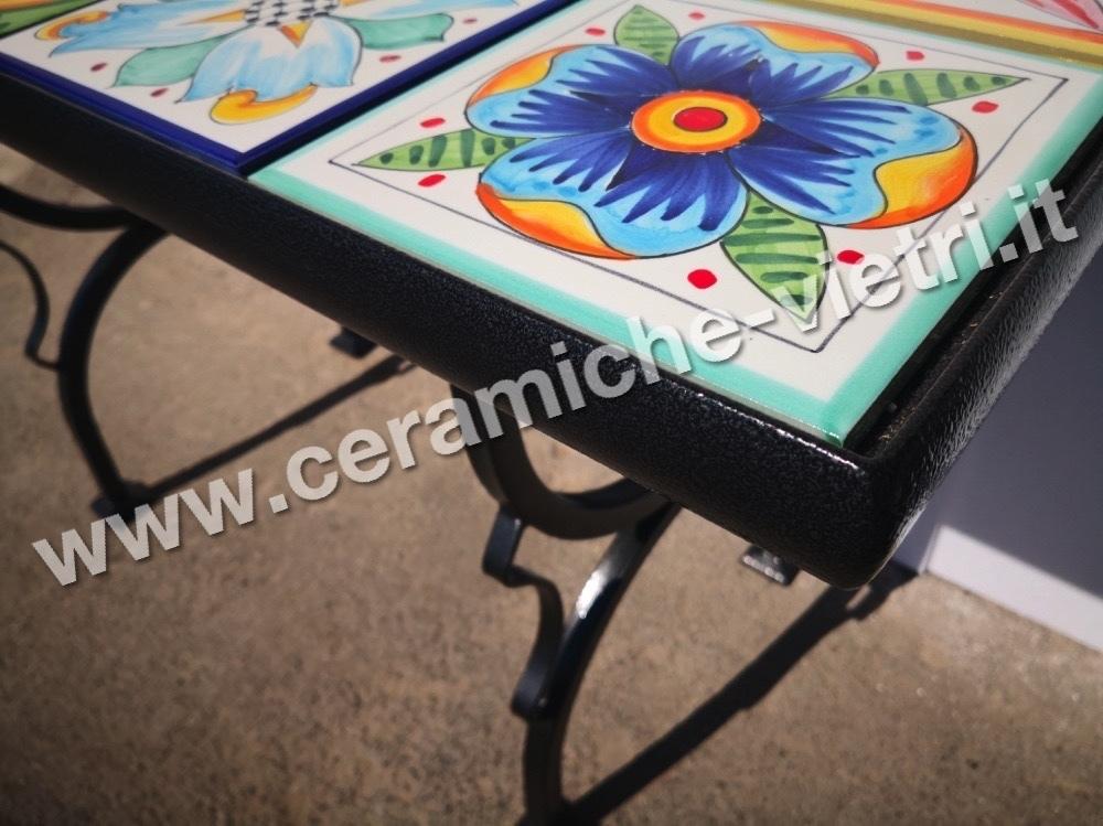 Tavolo da giardino piastrellato con base in ferro battuto