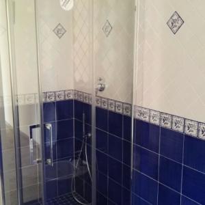 Bagno Con Mattonelle Blu.Composizione Bagno Vietrese Il Coordinato Blu Mare